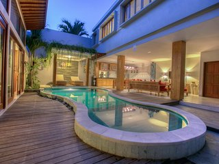 "Denoya, Tropical Holiday 4 Bedroom Villa ""Eat Street"", Seminyak"