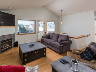 Boulder Brook Townhouse, Reverse Living with Great Views, Moments to the Dry