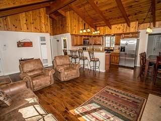 Village Hideaway Home~Centrally Located~Fresh Furnishings~Walk To Village~WiFi~