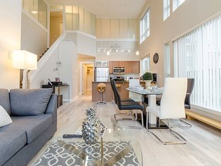 My Lovely Loft 4 Beds/3 Full Baths Surrey Central Near Mall & Sky Train