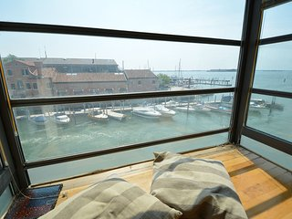 CORNARO: LAGOON GLASS BALCONY view, 5pax, wifi, aircond