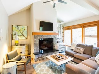 Tastefully Furnished, Luxury 4 Bedroom Townhome, Woodland setting, Ski Home