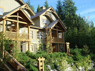 Ski in / Ski out, Private Hot Tub, Sleeps 6-8, Fabulous Views!, Whistler
