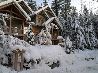 Ski in/out, 3 Bedrooms, Private Hot Tub, Sleeps 8, Fabulous Views!