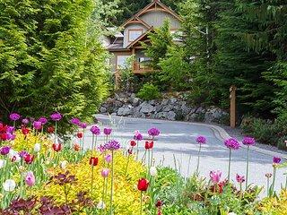 Ski in / Ski out, Private Hot Tub, Sleeps 6-8, Fabulous Views!