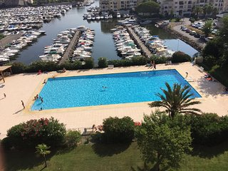Bright 1 bed apartment for 4 guests. Vue marina. Pool and secure parking