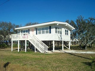 Alavista: PET FRIENDLY COTTAGE 2 bedroom,1ba. Just a short walk to beach!