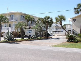Moonraker 24: Newly Remodeled 1br/1ba Condo directly across from Beach, Gulf Shores