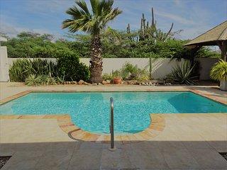 "Villa ""BLANCO"": pool - clean - cozy - NORTH area, Malmok Beach"