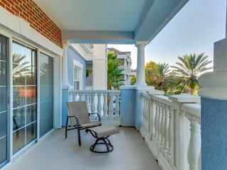 Modern condo w/ shared pools, close to Disney & more - snowbirds welcome!