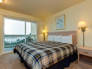 Oceanview studio on the main level - nearby beach access, dogs welcome!