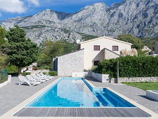 Beautiful Villa with Large Swimming Pool, Tucepi