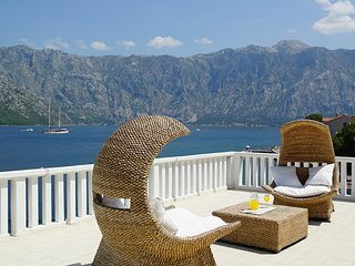 Up to 14 beds! Penthouse Stoliv+2 apartments 2:nd floor 170 m2 Loc: Stoliv Kotor