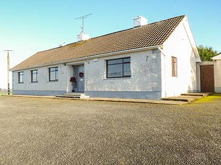 OAKWOOD HOUSE, all ground floor, pet-friendly, gardens, nr Aughnacliffe, Ref 944