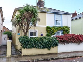 PALM TREE COTTAGE, semi-detached, WiFi, pet-friendly, close to beach, private garden, in Ryde, Ref 946462
