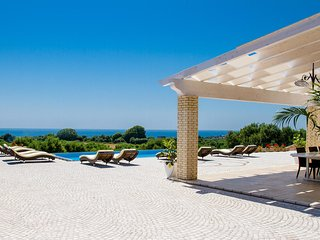 Luxury Home with Pool, Seaviews, Specchia