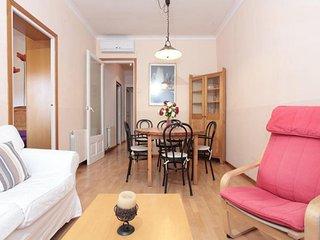 Vintage Sagrada Familia apartment in Eixample Dreta with WiFi, airconditioning & lift., Barcelona