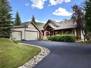 Grand 5BR Hillside Estate w/ Views, Hot Tub & Sauna – Minutes to Skiing