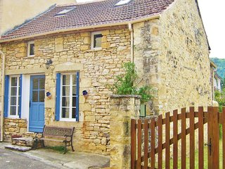 VOLETS BLEUS - CUTE VILLAGE HOUSE IN A QUIET STREET WITH PRIVATE REAR COURTYARD
