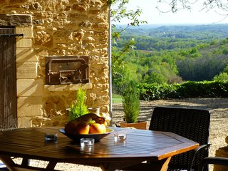 La Petite Grange, barn conversion, views, heated pool, large gardens WIFI,, Sarlat-la-Caneda