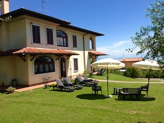 VILLA BEATRICE  WITH OUTDOOR SWIMMING POOL GARDEN AND BEAUTIFUL LAKE VIEW !!!!, Padenghe sul Garda