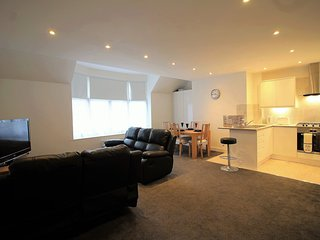 Exquisite 3 Bed Flat, 15 min from Heathrow, Staines