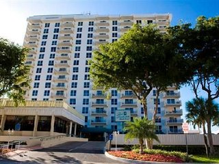 Fort Lauderdale Beach Resort, Walk 1 short block to beach, 2 bed, 2 bath $200/n