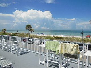 Surf n Sand Beach Flat Sleeps 3 to 4 WiFi, Saint Pete Beach