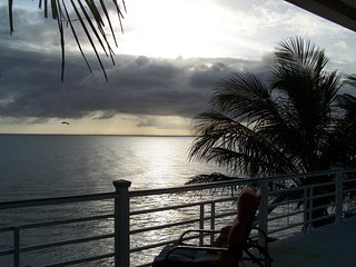 BEACHFRONT HOME, PRIVATE BEACH, DOGS STAY FREE, GREAT VIEWS, WALKING BEACH