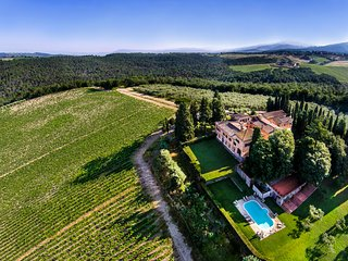 STUNNING 9BR - 9BA VILLA W/HEATED POOL & AMAZING VIEWS, SURROUNDED BY VINEYARDS!