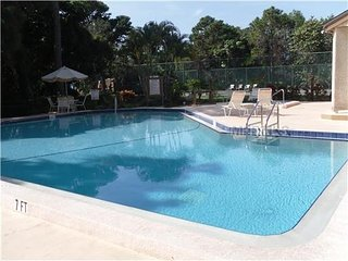 Pool & Hot Tub-Pine Bay Forest 3-Bedroom Condo, Near AMI Beaches 3 month min