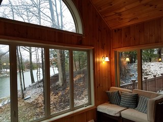 Lakefront house , great lake and mountain views, Athens