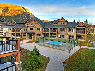 Elegant Mountain Condo + Den, Private Balcony, Steps to Hiking Trails!