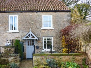 WOODSIDE COTTAGE, stone cottage, woodburning stove, WiFi, enclosed garden, Brompton-by-Sawdon, Scarborough, Ref 933359