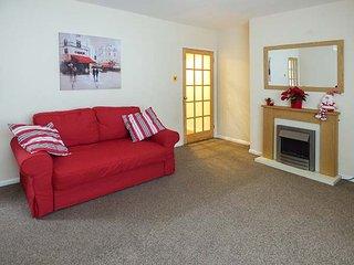 ROBIN HOUSE, cosy cottage, decked garden, in Lucker, Bamburgh, Ref 945222