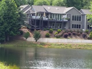"""Lochside"" Tranquil Lakeside Mountain Retreat-Blue Ridge Mountains Foothillls, Travelers Rest"
