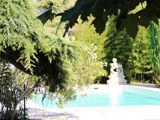 Magnifique Bergerie XVIII eme nichee dans un cadre provencal  pitoresque