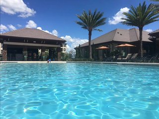 Brand new luxury lake&pool view apartment international airport Orlando