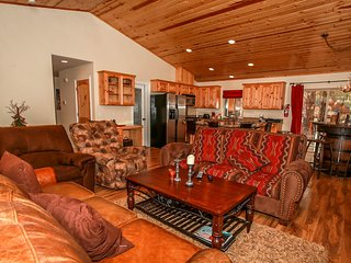~Timber Wolf Den~Upscale Log Cabin~Hot TUb~Amazing BBQ Deck~Custom Furnishings~