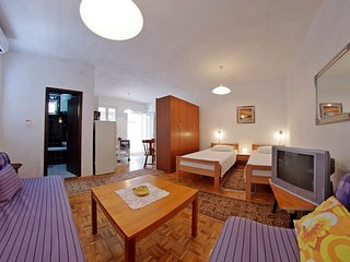 Pleasant studio apartment for four people, Sumartin