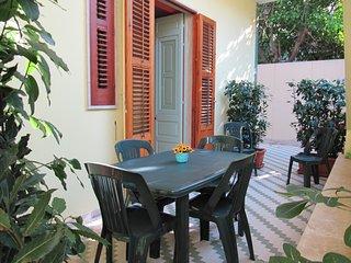 RE SOLE Case Vacanze Sicilia / Appartamento MARTE in villa con giardino, Avola