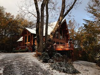 4BR, Layered Long-Range Views, Grandfather Mtn Location, Hot Tub, Pool Table, 2 King Beds, Bunkroom, Open Floor Plan, Warm Wood Interior, Stone GAS Fireplace, Gated Community, Close to Sugar Ski Resort, Seven Devils