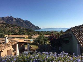 """Villa """"Domu 'e mari"""" con piscina. A 300 m dal mare."""