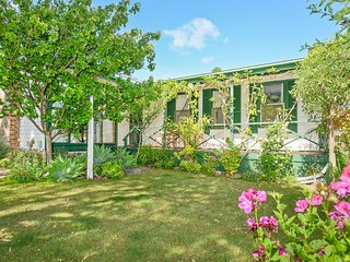 Landsort Cottage - An Easy Walk to Horseshoe Bay and Port Elliot Cafes and Shops