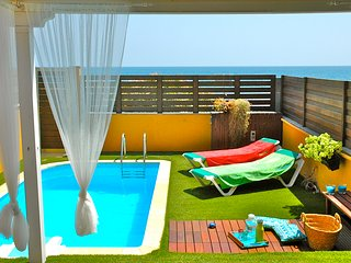 Seafront villa with private heated pool and direct access to the promenade, WiFi, Playa del Inglés