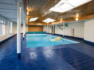 Hillock Cabin, Pool and hot tub, sleeps 3., Glasgow