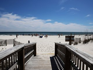 Great BEACH VIEW and Perfect LOCATION! ON THE BEACH ** 2 balconies **, Gulf Shores