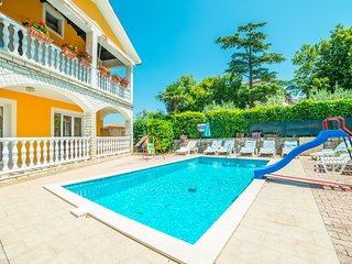 HOLIDAY APARTMENT WITH SHARED POOL 4, Nedescina