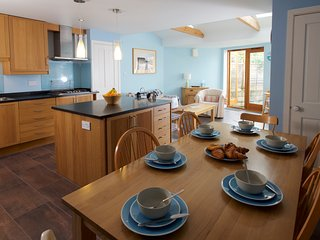 Spacious Rural Dorset cottage sleeps 6-8 with hot tub