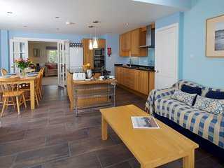 Spacious Dorset cottage sleeps 6-8 with hot tub